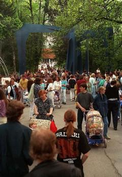 Yön yleisöä Tiedon portin tienoilla vuonna 1993. Kuva: Risto Aalto/Keskisuomalainen